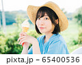ソフトクリームを食べる女の子 65400536