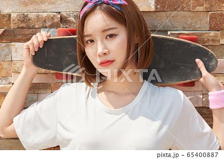 스케이트보드 타는 예쁜 10대 여성 65400887
