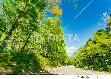 新緑の森をドライブしているイメージ 宮城県蔵王町 65400979