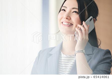 電話をする女性 65414061