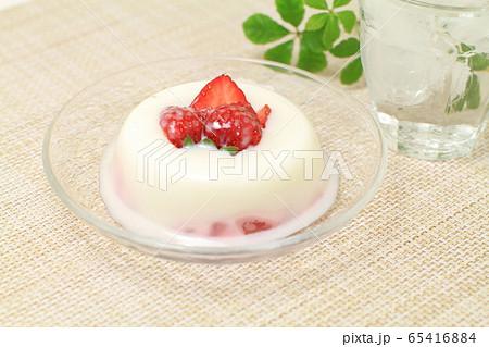 ガラス皿に盛った牛乳寒天ゼリーイチゴ、グラスに入った氷水 65416884