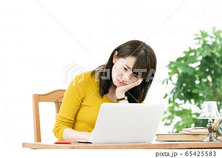 女性 パソコン ネガティブ 65425583