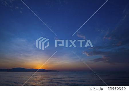 ベトナムのリゾート地クイニョンの海の日の出 65430349