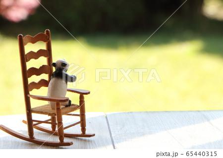 可愛いイスで揺れるおもちゃのパンダ 65440315