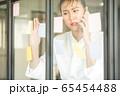 若い きれい 女性 会社員 不安 付箋 窓 貼る メモ 携帯 電話 確認 人物 素材 65454488