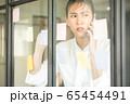 若い きれい 女性 会社員 不安 付箋 窓 貼る メモ 携帯 電話 確認 人物 素材 65454491