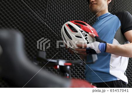 室内でロードバイクのトレーニングをする男性手元 ロードバイクイメージ 65457041