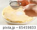 手作りケーキに粉砂糖を振る 65459833