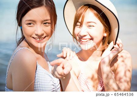 リゾート旅行を楽しむ若い女性たち 65464536