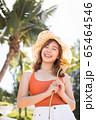 リゾート旅行を楽しむ水着姿の女性 65464546