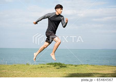 屋外でトレーニングをする若い男性 65464567