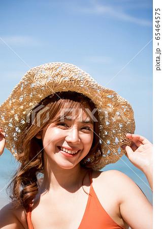 リゾート旅行を楽しむ水着姿の女性 65464575