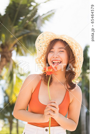 リゾート旅行を楽しむ水着姿の女性 65464579
