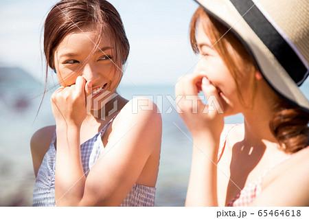 リゾート旅行を楽しむ若い女性たち 65464618