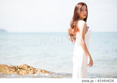 海背景の女性ビューティーイメージ 65464626