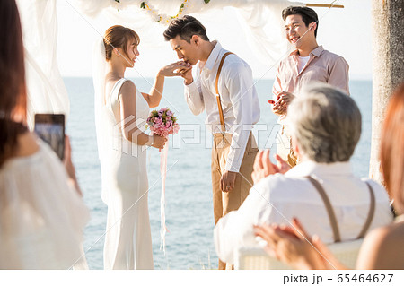 ロマンチックなリゾートウェディング 65464627
