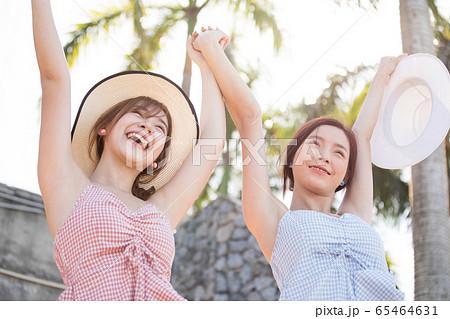 リゾート旅行を楽しむ若い女性たち 65464631