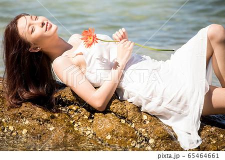 海背景の女性ビューティーイメージ 65464661