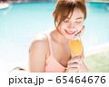 リゾート旅行を楽しむプールサイドの若い女性 65464676