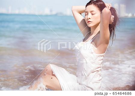 海背景の女性ビューティーイメージ 65464686