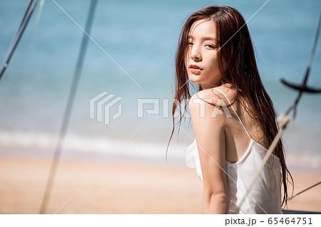 海背景の女性ビューティーイメージ 65464751
