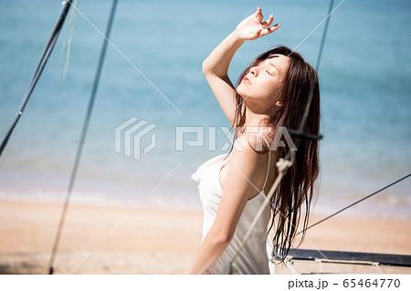 海背景の女性ビューティーイメージ 65464770