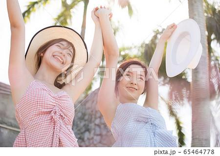 リゾート旅行を楽しむ若い女性たち 65464778