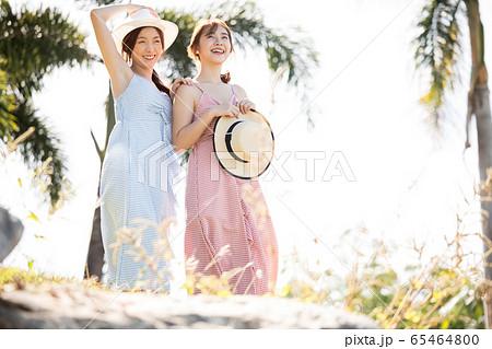 リゾート旅行を楽しむ若い女性たち 65464800