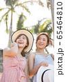リゾート旅行を楽しむ若い女性たち 65464810