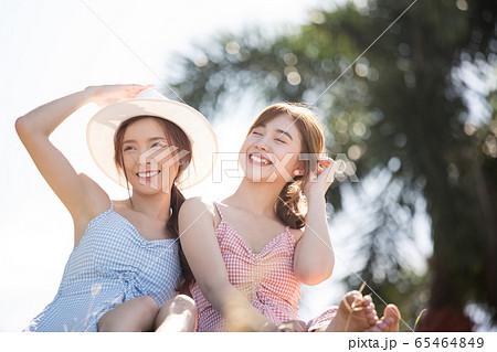 リゾート旅行を楽しむ若い女性たち 65464849