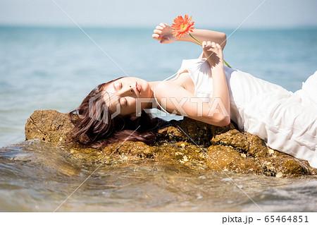海背景の女性ビューティーイメージ 65464851
