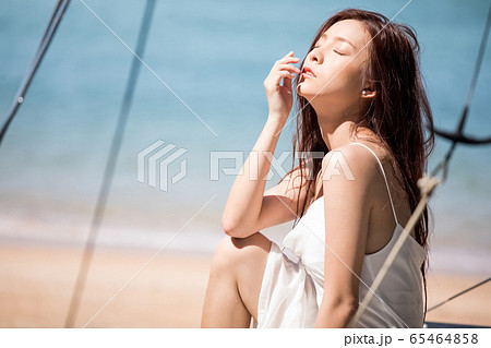 海背景の女性ビューティーイメージ 65464858