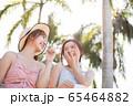 リゾート旅行を楽しむ若い女性たち 65464882