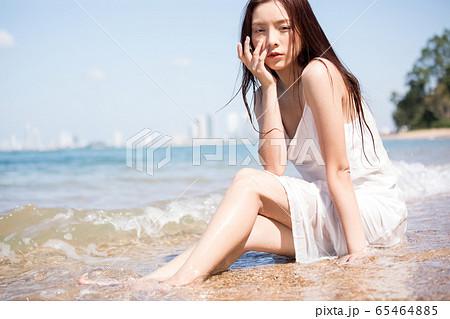 海背景の女性ビューティーイメージ 65464885