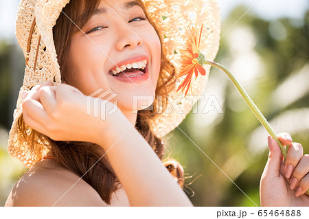 リゾート旅行を楽しむ水着姿の女性 65464888