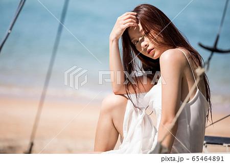 海背景の女性ビューティーイメージ 65464891