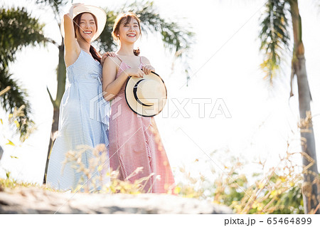 リゾート旅行を楽しむ若い女性たち 65464899