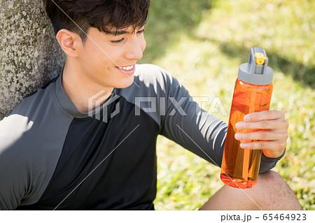 屋外でトレーニングをする若い男性 65464923