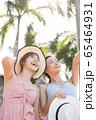 リゾート旅行を楽しむ若い女性たち 65464931