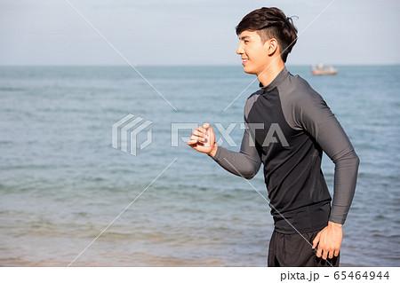 屋外でトレーニングをする若い男性 65464944
