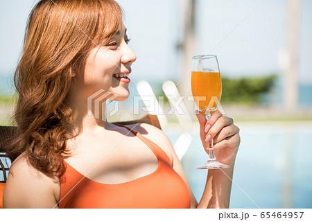 リゾート旅行を楽しむ水着姿の女性 65464957