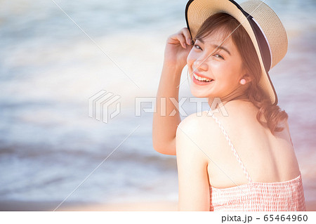 リゾート旅行を楽しむ若い女性 65464960