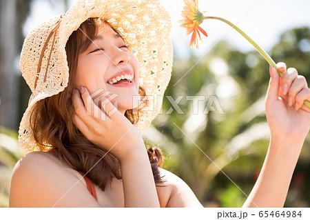 リゾート旅行を楽しむ水着姿の女性 65464984