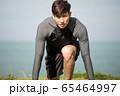 屋外でトレーニングをする若い男性 65464997