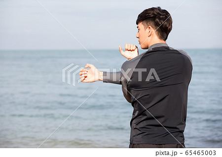 屋外でトレーニングをする若い男性 65465003