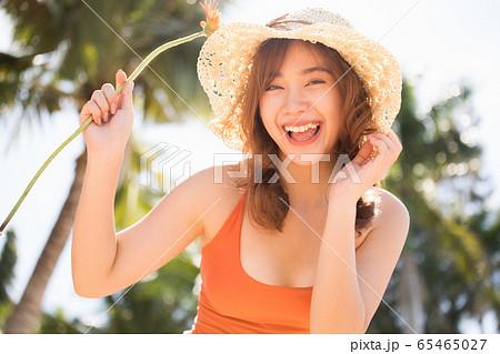 リゾート旅行を楽しむ水着姿の女性 65465027