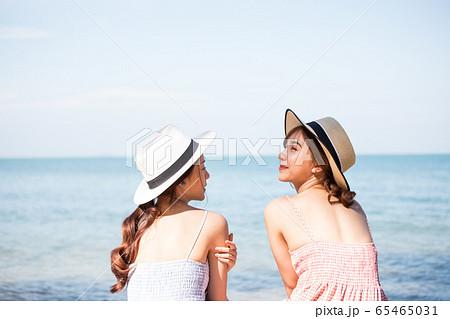 リゾート旅行を楽しむ若い女性たち 65465031