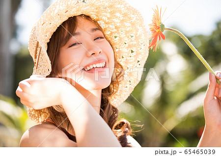 リゾート旅行を楽しむ水着姿の女性 65465039