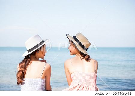 リゾート旅行を楽しむ若い女性たち 65465041
