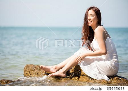 海背景の女性ビューティーイメージ 65465053